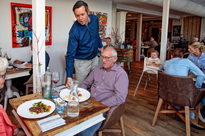 De bediening in het Maasbommelse restaurant is attent en alert.