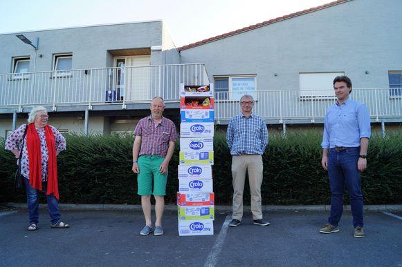 KFCL bracht dinsdag elf dozen chips naar de site Vancoillie van Tordale. We zien Rita Lombaert, Johan Blendeman, Johan Vandenbussche en Bart Kindt.