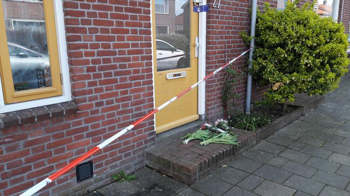 De politie heeft het huis aan de Trompstraat afgezet. Op de stoep hebben mensen uit medeleven bloemen neergelgd.