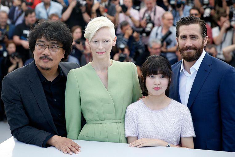 Bong Joon-ho met cast uit zijn film Okja Beeld epa