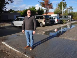 'Brugje' helpt bezoekers OC De Coorenaar over plassen op grindparking