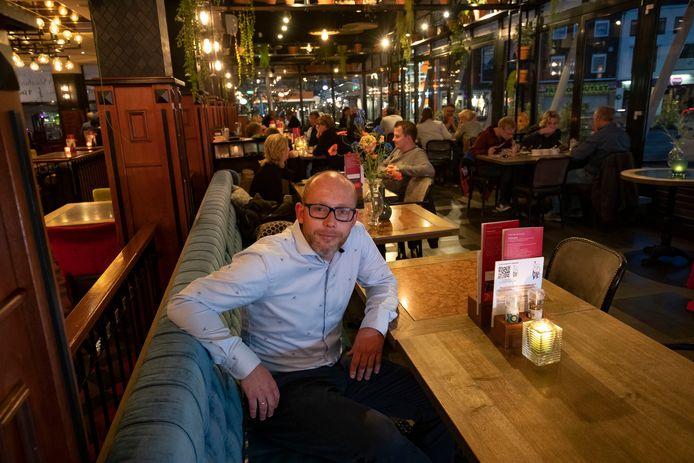 Manager Niels Dijkstra van  't Voorhuys in Emmeloord moet net als alle horeca een maand sluiten. ,,Nadenken over bezorgen van maaltijden.''