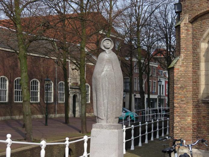 Het beeld van Geertrui van Oosten naast de Oude Kerk.