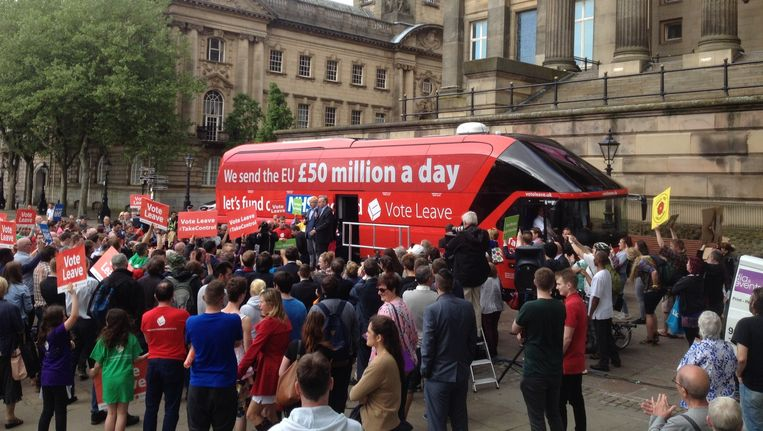 De Vote Leave-bus op het stadsplein van Preston. Beeld Patrick van IJzendoorn