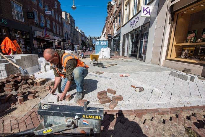 Gemeente Eindhoven laat dezer dagen proefstroken leggen met de nieuwe steentjes voor de binnenstad. De oude proefstroken op de Demer en de Markt/Hermanus Boexstraat worden vervangen. Stratenmaker Alan Janssen aan het werk.