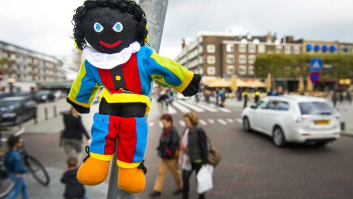 Leefbaar verspreidde vorig jaar Zwarte Piet-poppetjes in Rotterdam.