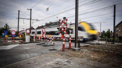 """Sluiting spoorwegovergangen stuit op hevige kritiek: """"Compleet absurd en levensgevaarlijk"""""""