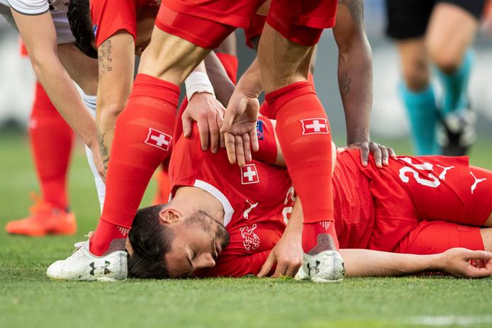 Fabian Schär ligt bewusteloos op de grond.