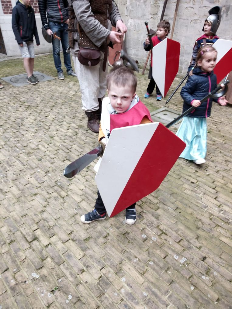 Na politieman, brandweerman en burgemeester hangt Seppe nog de stoere ridder uit.