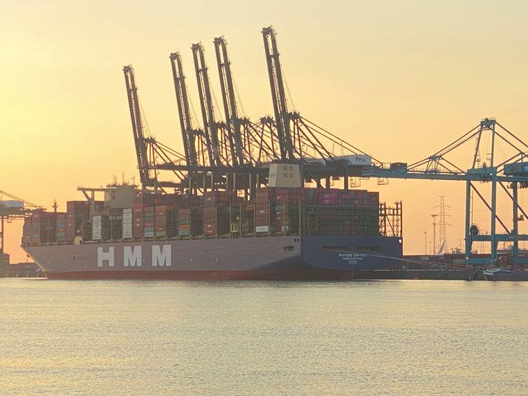 Grootste containerschip vaart de Antwerpse haven binnen.