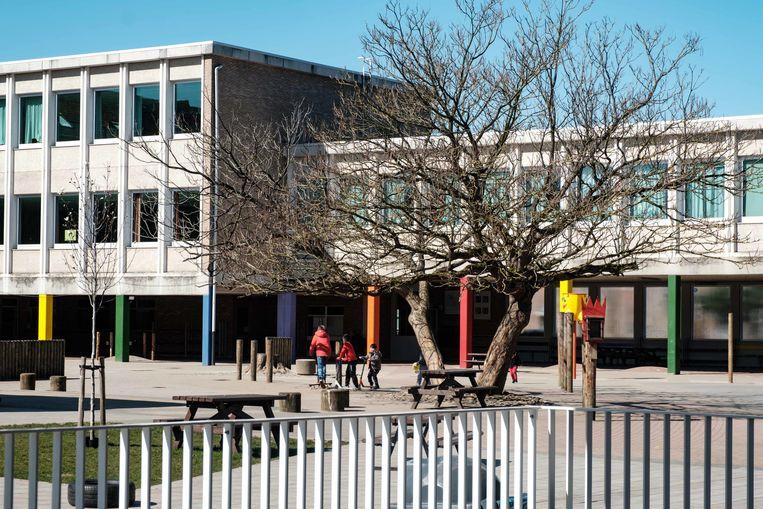 Boechout in lockdown. Jan Frans Willemsschool op het Jef Van Hoofplein.