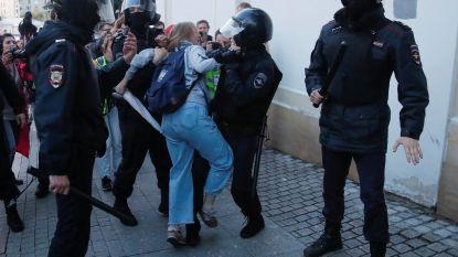 Agent veroorzaakt ophef door vrouw in de buik te slaan tijdens protest in Moskou
