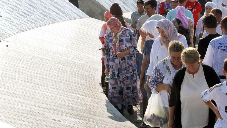 Bezoekers aan het monument ter nagedachtenis aan de omgebrachte moslimmannen in Srebrenica, in juli vorig jaar. Beeld ANP