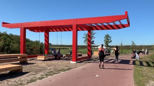 Mensen chillen bij Zandpoort, het nieuwe kunstwerk in Tilburg.