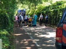 Wandelaar aangereden bij Apeldoorn, auto gaat er vandoor: politie zoekt oude, blauwe Ford Fiesta