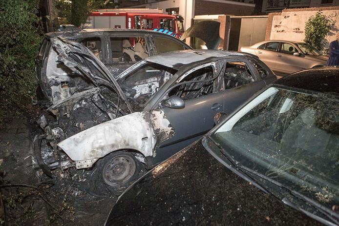 Twee auto's gingen in vlammen op, een derde voertuig raakte flink beschadigd.