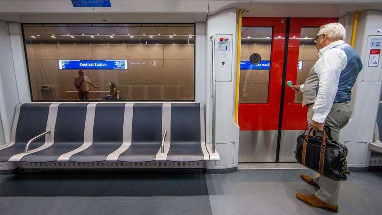 Mensen die eerst de tram namen, stappen nu in de metro of het nooit anders is geweest Beeld Jean-Pierre Jans