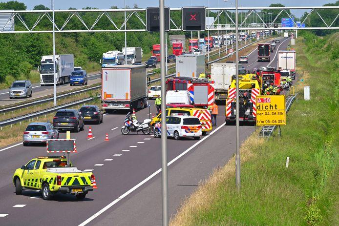 Verkeer kan met lage snelheid langs de plaats van het ongeluk op de A58 bij Ulvenhout.