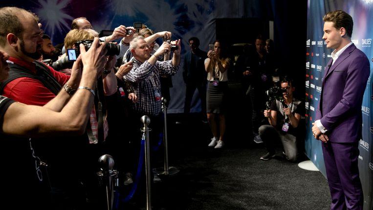 Douwe Bob word gefotografeerd na afloop van zijn persconferentie bij het Eurovisiesongfestival in Stockholm. Beeld anp