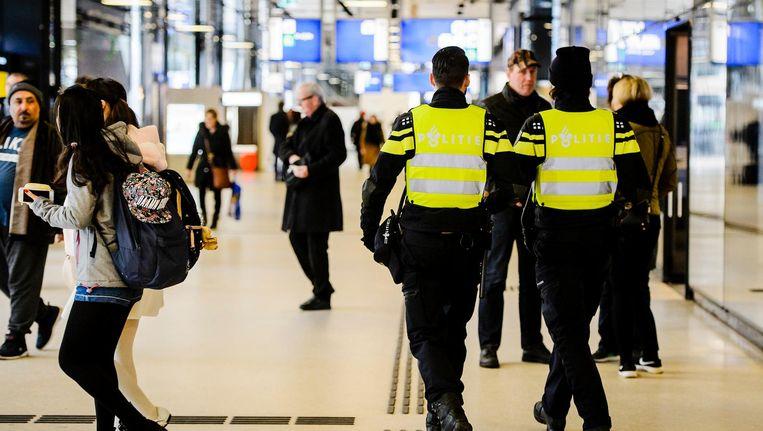 Politie op Amsterdam Centraal Beeld anp