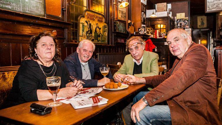 Van links af Caroline Torenbeek, Rudie Kagie, Paul Arnoldussen en Bas Lubberhuizen in café Scheltema. Beeld Aurélie Geurts
