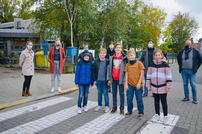 De leerlingenraad van basisschool De Reigers nodigde de burgemeester en de schepen van verkeer uit om de gevaarlijke situatie aan hun schoolpoort aan te klagen.