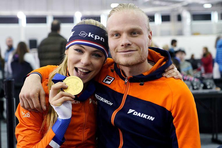 Jutta Leerdam en Koen Verweij met de gouden medaille op het WK afstanden schaatsen, februari 2020.  Beeld ANP