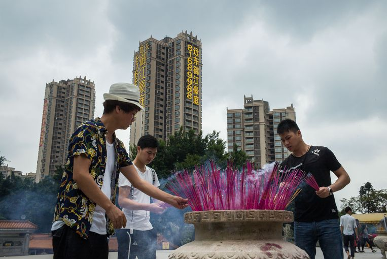 Wierook branden voor de tempel in Guangzhou. Beeld RV