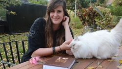 """Anneleen Bru schrijft 'de ultieme kattenbijbel': """"50-stappenplan om gedragsproblemen bij je kat aan te pakken."""""""