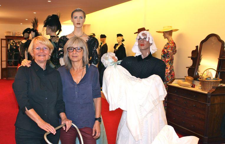 Vivien Delbare (links) en medewerkster Carine Dupont in het modemuseum dat dit weekend de deuren opent.