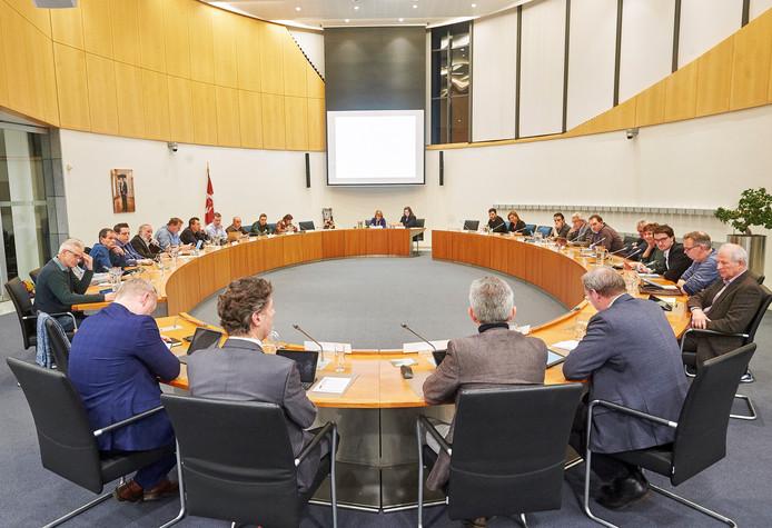 De gemeenteraad van Bernheze in vergadering. Op de voorgrond oud-secretaris Noud Bex en de wethouders Peter van Boekel, Rien Wijdeven en Rein van Moorselaar.