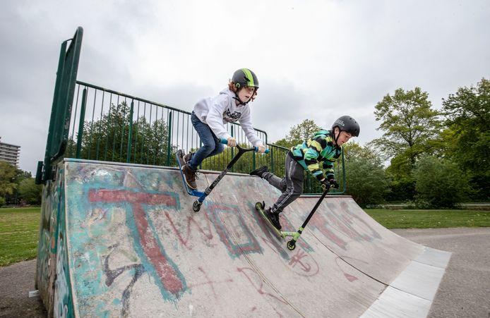 Mocne Hofhuis (links) en David Viguurs, de initiatiefnemers voor een nieuwe skatebaan in park Noordwest in Wageningen.