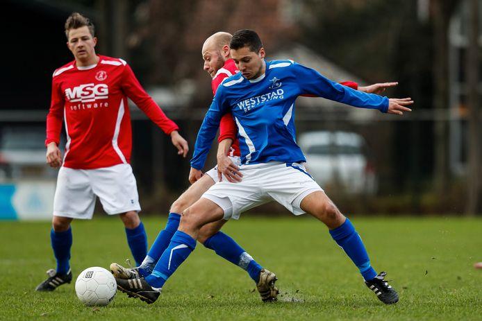 Luuk Nieuwesteeg (blauw shirt) scoorde vijfmaal tegen Bolnes. (archieffoto)