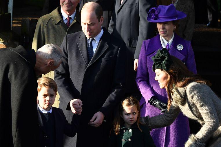 Prins William en Kate met Charlotte en George en prinses Anne op de achtergrond.