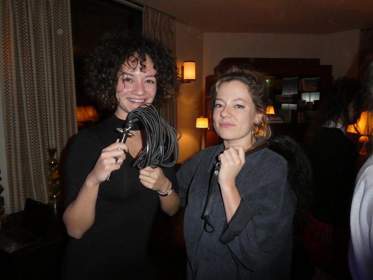 Charlotte van Bochove en Hannah van Amstel, beiden van Vice. Van Bochove: 'Die met ponyharen is echt heel naar.' Beeld Hans van der Beek