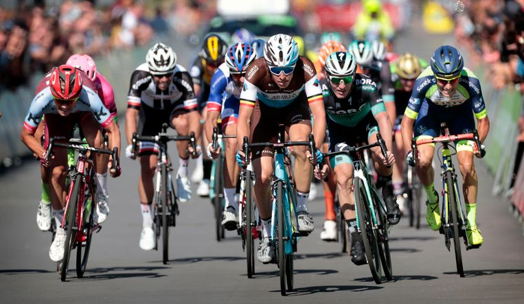 Een groep renners tijdens de BinckBank Tour vorig jaar in de zesde étappe van Riemst naar Sittard-Geleen.
