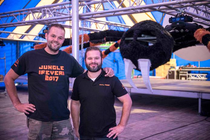 Coen Dezutte (links) en Yannick Dusarduyn (rechts) van de KPJ, met de héle grote spin die zorgt voor juiste sfeer tijdens Jungle Fever.