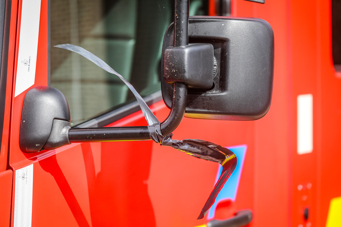 Aan de brandweerwagens werden zwarte rouwlintjes gehangen.