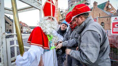 Sinterklaas en Zwarte Piet met torenkraan van kerk geëvacueerd: kinderen kijken vol spanning toe