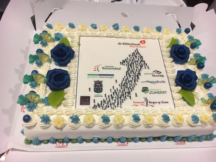 De feestelijke taart waarmee de afspraken over de nieuwe Bibliotheek West-Brabant zijn bekrachtigd.