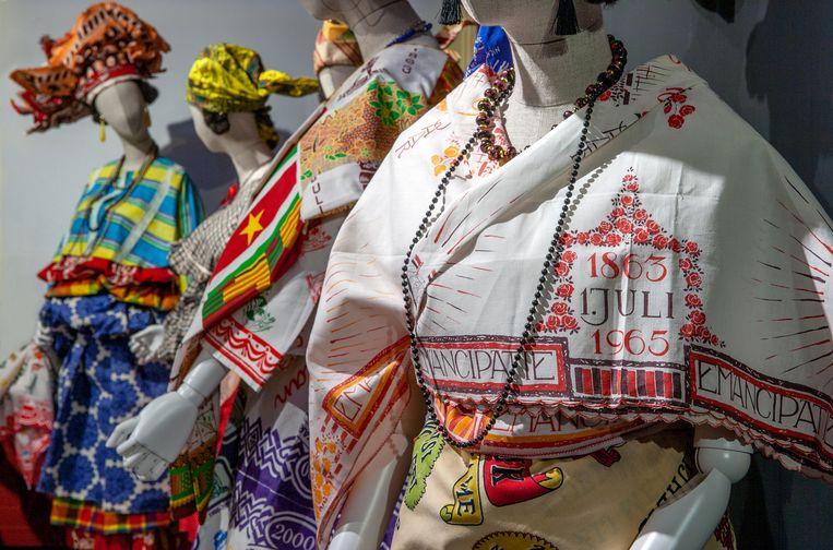 De simpele opstelling van de bonte koto's in het kleurrijke grachtenpand, naast de Nederlandse streekdrachten, werkt wonderwel. Beeld Het Klederdrachtmuseum