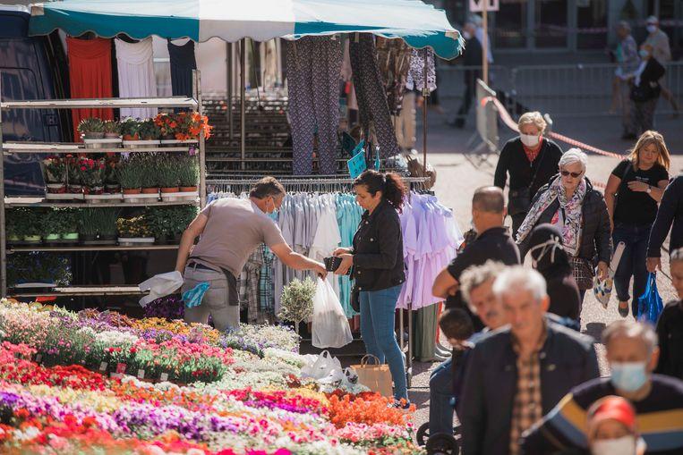 Het is de eerste keer sinds de coronacrisis dat de donderdagmarkt in Genk weer doorgaat.