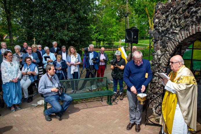 Het Mariagrotje in Groesbeek wordt ingewijd.