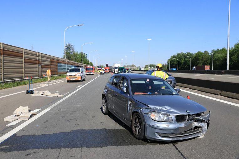 Bij het ongeval verloor de bestuurder van de BMW ook een lading betonstenen.