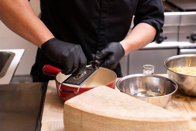 Het aanzicht, de geur, zelfs het idéé van gesmolten kaas kan een hongerig mens het hoofd op hol brengen. Beeld Els Zweerink