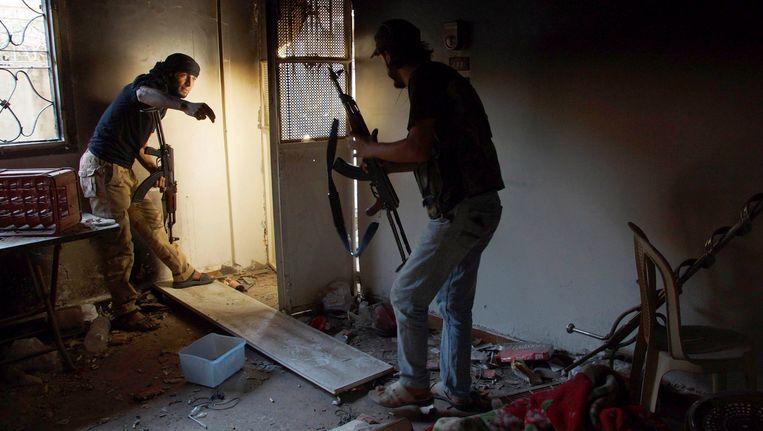 Strijders van het Vrije Syrische Leger gisteren in Aleppo. Beeld reuters