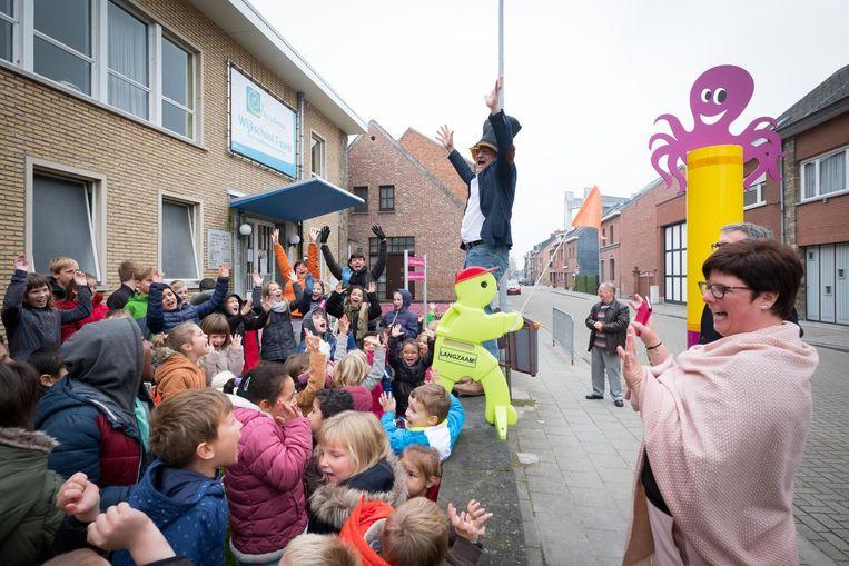 Enthousiaste leerlingen tijdens de inhuldiging van de octopuspaal.
