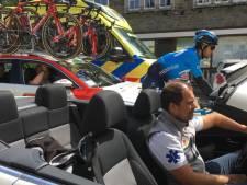 Hans den Dekker uit Berkel-Enschot rijdt als chauffeur in wielerkoers:  'Achter het stuur middenin de actie'