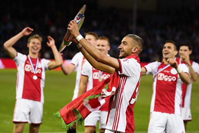 Hakim Ziyech van Ajax met de kampioensschaal.