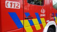 Haag vat vuur omdat man takken verbrandt in zijn tuin
